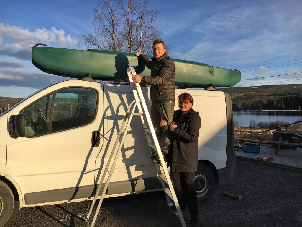 car-topping-a-Wawewalk-700-tandem-kayak-on-top-of-van-Sweden-1024