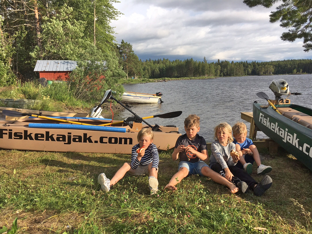 kids-sitting-next-to-the-fishing-boats-1024